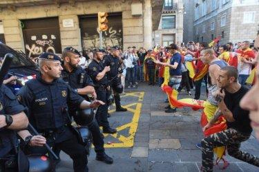 Spanische Demo am 29.10.2017 am Plaça Sant Jaume (mit Hakenkreuz Tätowierung an die linke Hand)